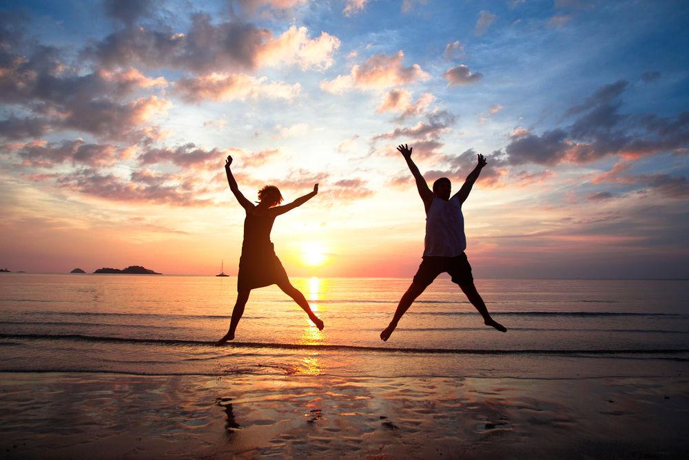 zodii pline de energie oameni pe plaja