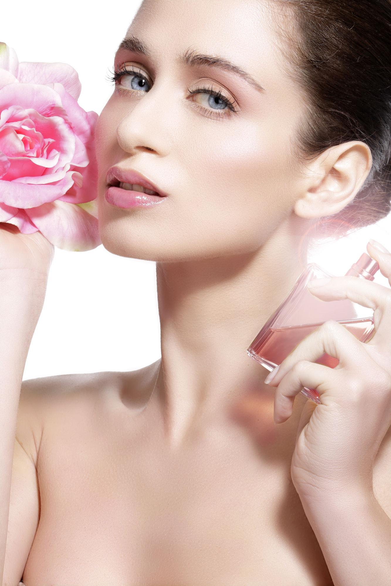 Cum să aplici parfumul ca să reziste cât mai mult. Cele mai bune trucuri
