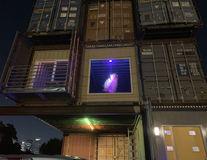 Omul care și-a făcut singur o casă din 11 containere: Interiorul este uimitor