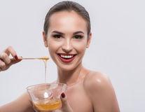 De ce ar trebui să folosești mierea pentru îngrijirea tenului. 5 beneficii uimitoare