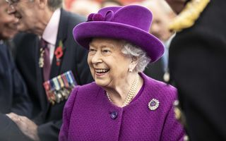 Regina Marii Britanii se machiază singură. Singura zi din an în care altcineva îi face machiajul