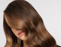 Blondul Espresso, cel mai nou trend în colorarea părului. Este combinația perfectă de brunet și blond