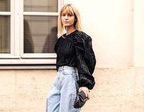 """Cum să te îmbraci ca o """"fashionistă"""". 7 trucuri de stil care îți fac ținutele mult mai interesante"""