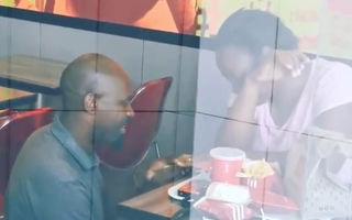 O jurnalistă a încercat să-l umilească pentru că și-a cerut iubita în căsătorie într-un restaurant fast-food. Dar s-a dovedit a fi norocul vieții lui
