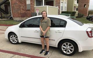 Gestul neașteptat al unui cuplu după ce a aflat că o tânără face în fiecare zi 22 de kilometri pe jos până la serviciu: I-au dat o mașină gratis!