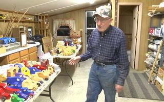 Moș Crăciun există: Bătrânul care de 50 de ani face jucării din lemn pentru copiii nevoiași