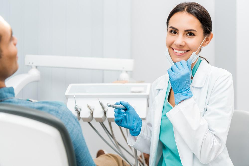 Cat castiga un stomatolog