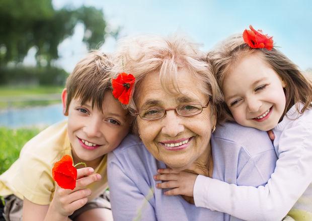 De ce bunicii sunt mai afectuoși cu nepoții decât au fost cu propriii lor copii