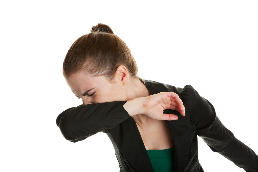 De ce ar trebui să strănuți și să tușești în cot, nu în palmă
