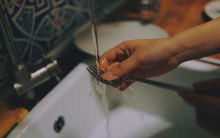 (P) Mașina de spălat vase câștigă lupta cu spălatul vaselor manual la toate capitolele
