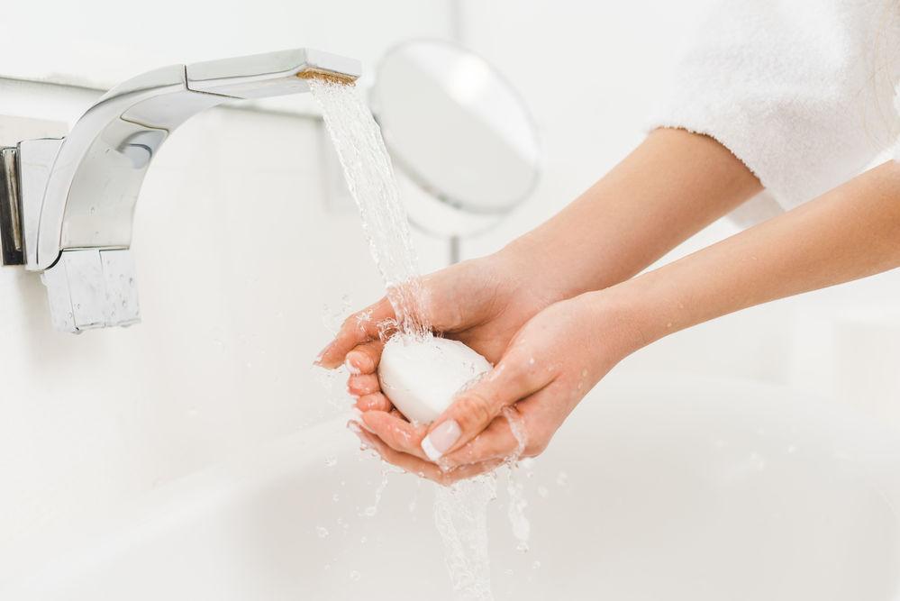 Ce să faci ca pielea mâinilor să nu se usuce dacă te speli des