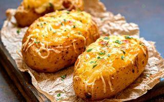 Cartofi umpluți, la cuptor, cu brânză și ceapă! Un deliciu de gustare