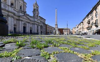Roma, așa cum nu ai mai văzut-o până acum: Iarba acaparează piețele pustii