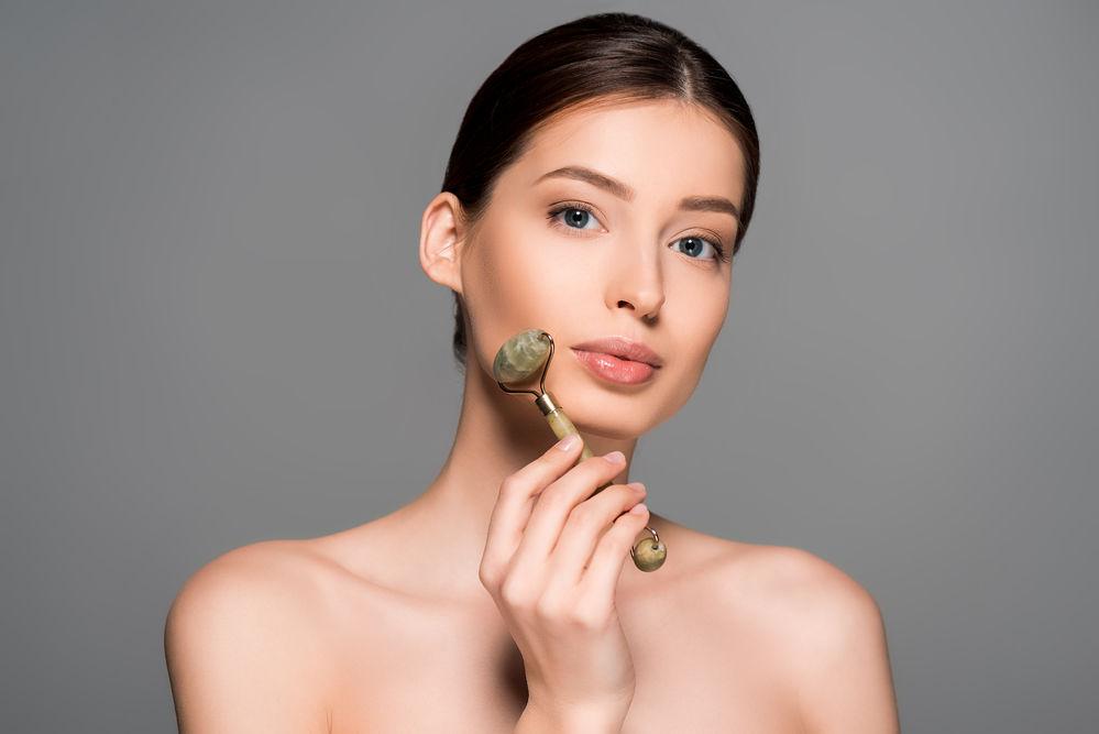 Cum să folosești corect o rolă pentru masaj facial