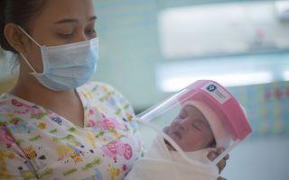 Bebeluși cu viziere: Cum sunt protejați de COVID-19 nou-născuții din Thailanda
