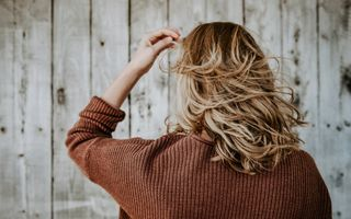 Observi că îți cade părul? Descoperă tratamentul inovator care te scapă de problemă
