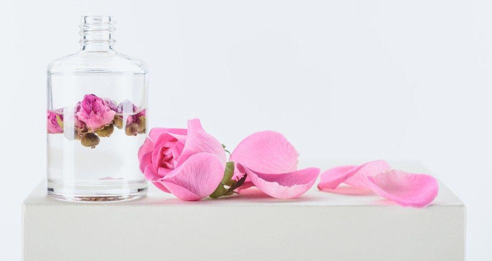 Apa de trandafiri: 10 beneficii pentru piele, păr și corp