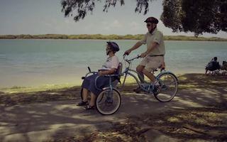 #VeștiBune: A construit o bicicletă ca să-și plimbe soția bolnavă de Alzheimer. Nu e asta dragoste adevărată?