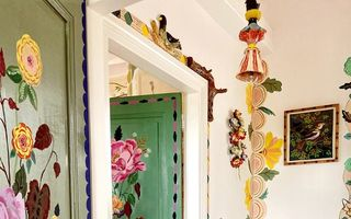 O artistă aflată în carantină și-a pictat întreaga casă. Rezultatul este uimitor!