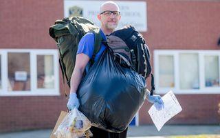 Eroul de la catedră: Profesorul care merge 8 kilometri în fiecare zi ca să le ducă mâncare unor elevi săraci