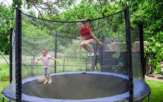 Cât de periculoase sunt trambulinele pentru copii? Povestea dureroasă a unui băiețel de trei ani