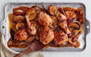 Pui la cuptor cu cartofi, ardei și boia afumată