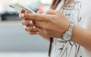 Un simplu mesaj pe telefon îți poate distruge relația – află de ce