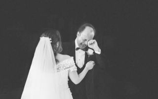 Cea mai grea zi din viața unui tată de fată: Reacția bărbaților când fiicele lor îmbracă rochia de mireasă