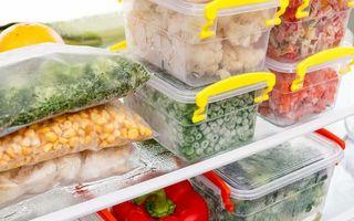 Cât timp păstrezi mâncarea la congelator și cum decongelezi alimentele corect