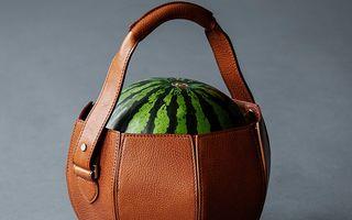 Ce mai inventează designerii: Geanta din piele în care încape un pepene