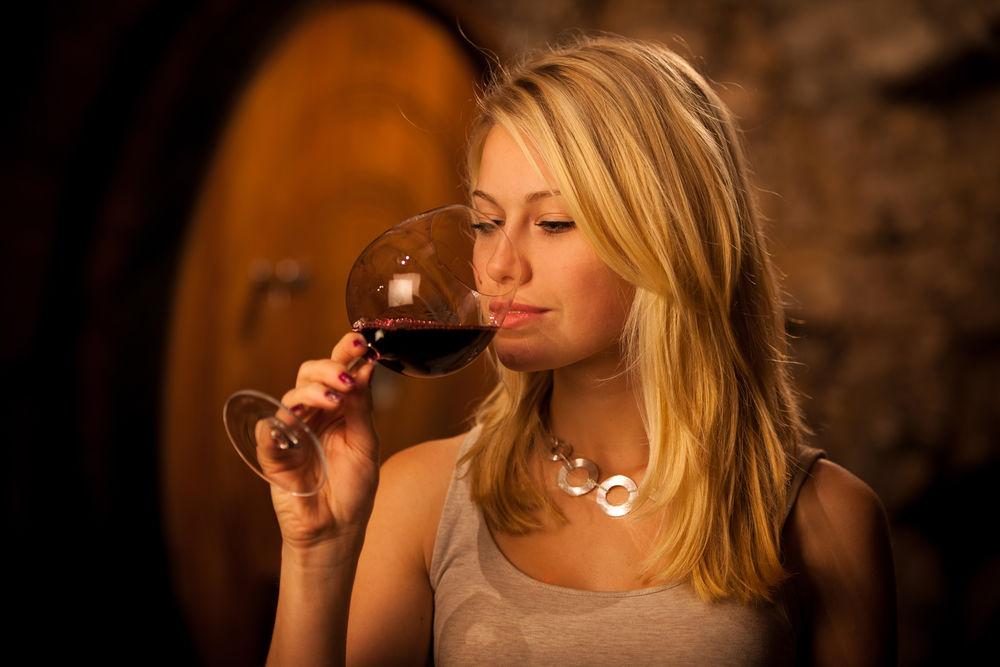 Studiu: O jumătate de pahar de vin pe zi crește riscul de obezitate