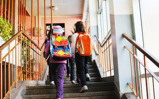 """Adevărata poveste a copiilor legați cu sfoară, """"ca sclavii"""", în prima zi de școală"""