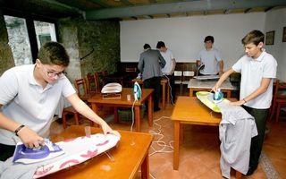 Într-o școală din Spania, băieții sunt învățați să gătească și să calce rufe. Părerile oamenilor sunt împărțite