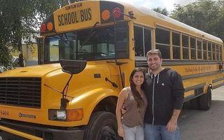Proiectul ambițios al unor tineri: Au transformat un autobuz școlar într-o casă cochetă pe care o pot lua cu ei oriunde