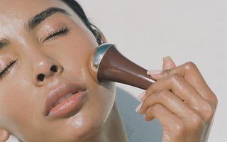 Acest truc pentru aplicarea cremelor de îngrijire îți va transforma pielea