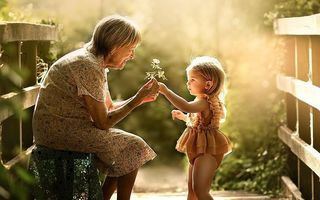 Cele mai frumoase amintiri: 15 imagini care surprind legătura specială dintre bunici și nepoți