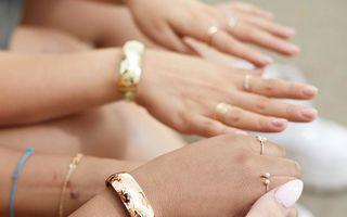 Brățara care trimite mesaje de urgență când ești în pericol: A fost inventată de două creatoare de bijuterii