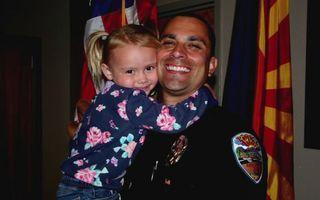 Polițist adoptiv: Povestea agentului care a înfiat o fetiță salvată într-o intervenție
