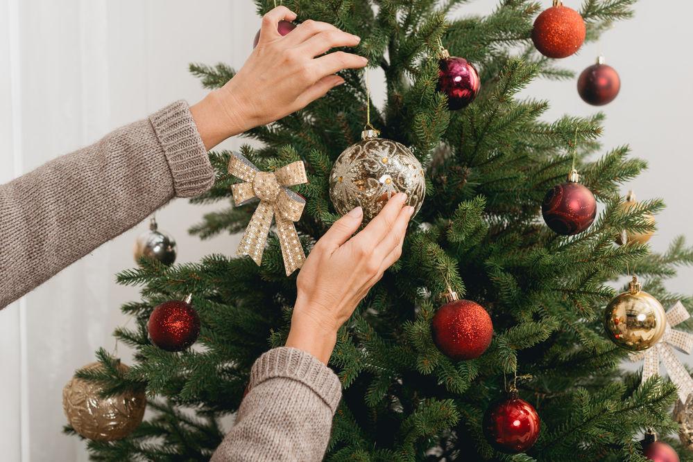Trucul neobișnuit care previne uscarea și scuturarea bradului de Crăciun