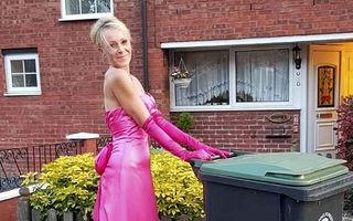 Femeia care poartă rochii de seară când duce gunoiul: Cele mai amuzante ținute din pandemie