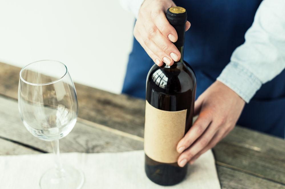 cum sa desfaci o sticla de vin fara tirbuson
