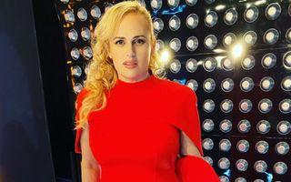 Rebel Wilson arată perfect în rochia roșie pe care a purtat-o și Meghan Markle