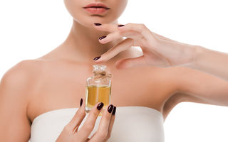 Curățarea tenului cu ulei: cele mai bune amestecuri pentru fiecare tip de ten și cum să le folosești corect