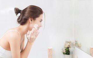 Trebuie neapărat să te speli pe față dimineața? Dermatologii dau verdictul