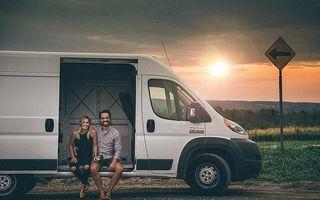 Viața în dubă: Cuplul care a cheltuit 45.000 de dolari pentru a transforma o mașină de marfă în casa ideală