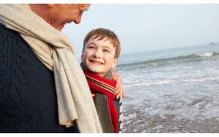 Un bunic și-a dus nepoțelul la o plimbare pe plajă. Ce a urmat?