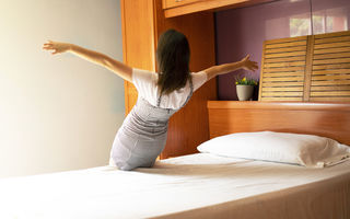 De ce este atât de important să nu ne așezăm pe pat cu hainele de afară. 4 motive