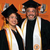 Un imigrant stabilit la New York a absolvit facultatea impreuna cu fiica sa, in timp ce lucra ca sudor. A primit cea mai inalta distincție!