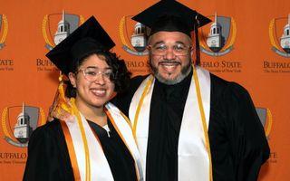 Un imigrant stabilit la New York a absolvit facultatea împreună cu fiica sa, în timp ce lucra ca sudor. A primit cea mai înaltă distincție!