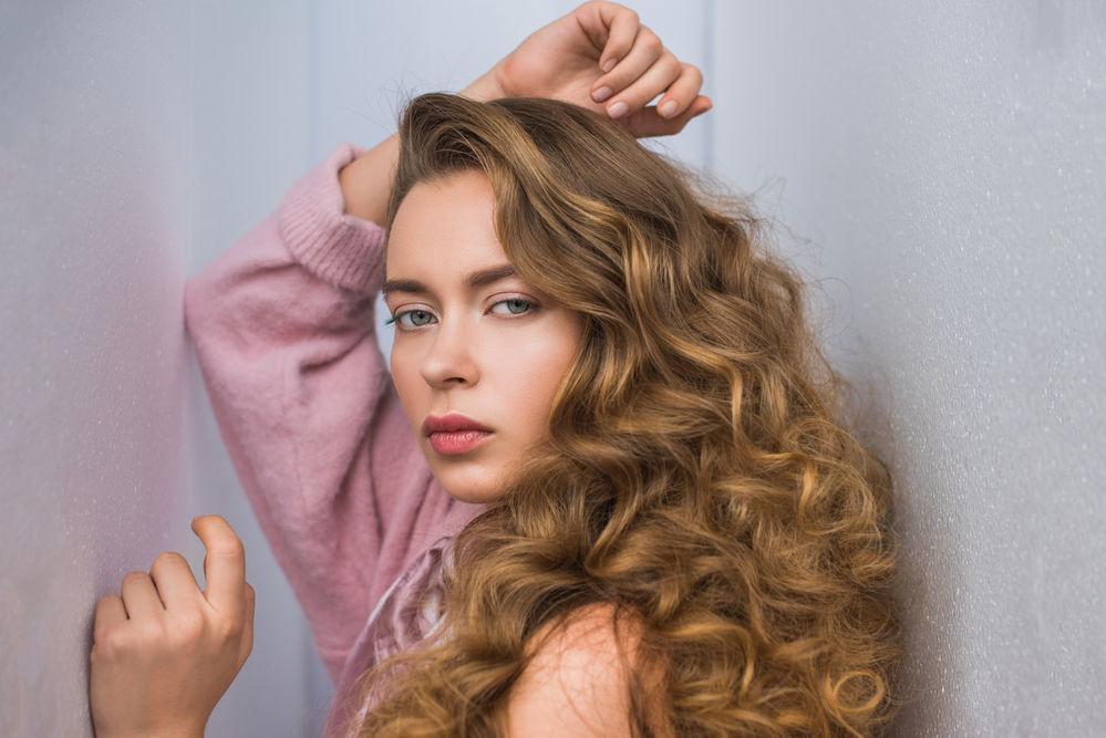 Cum îți afectează hormonii culoarea părului